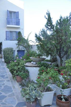 Iria Beach Art Hotel: Grounds view