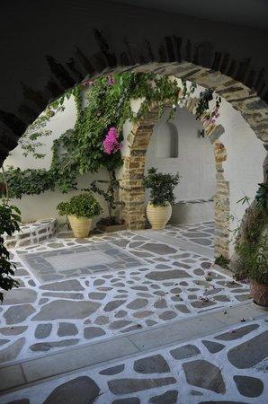Iria Beach Art Hotel: Courtyard entry