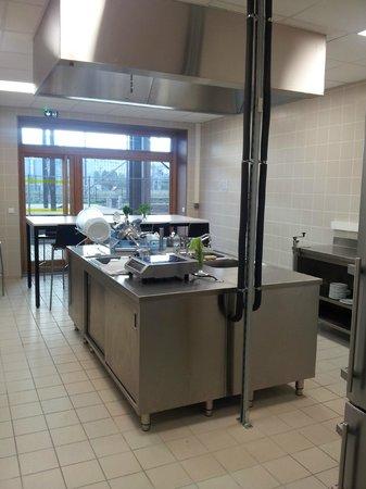 Yves Robert Hostel: Hostel Kitchen