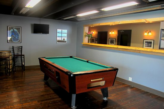 Blue Stallion Brewing Company: Billiard room next to the lounge