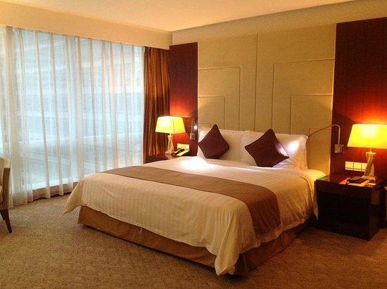 Pullman Shanghai Skyway Hotel: Comfortable Bed
