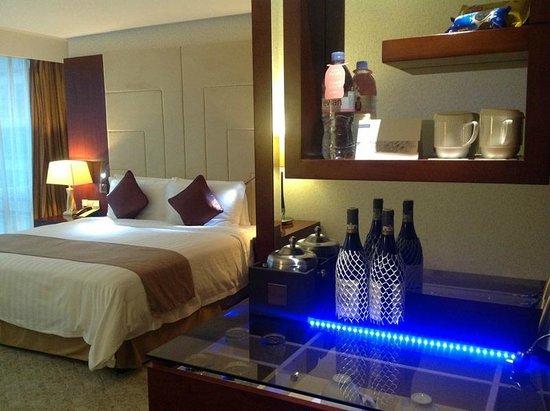 Pullman Shanghai Skyway Hotel: Mini Bar and Tea Facilities