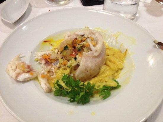 Eurostars Casa de la Lirica: fagottino di filetto di spigola ripieno di verdura e frutti di mare su vermicelli allo zafferano