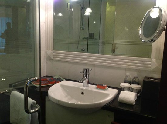 Pullman Shanghai Skyway Hotel: Spacious Clean Bathroom