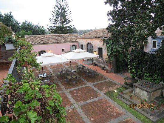 Etna Hotel : vue de la chambre sur la terrasse petit déjeuner
