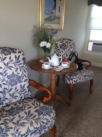 Harborage Inn on the Oceanfront: table and chairs in room