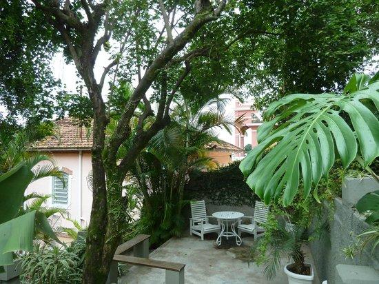 Casa Amarelo by Robert le Heros : Dans jardin