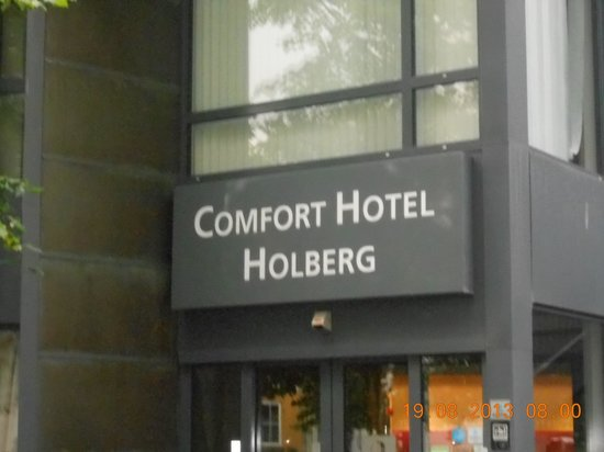 Comfort Hotel Holberg: Fachada meio escondida