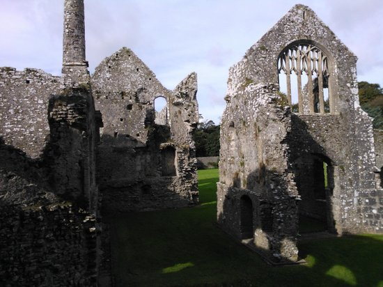Lamphey Bishop's Palace: Views of the ruins