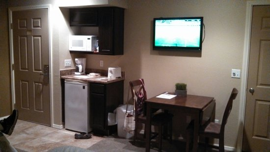 Still Waters Resort: Small kitchenette area in standard room