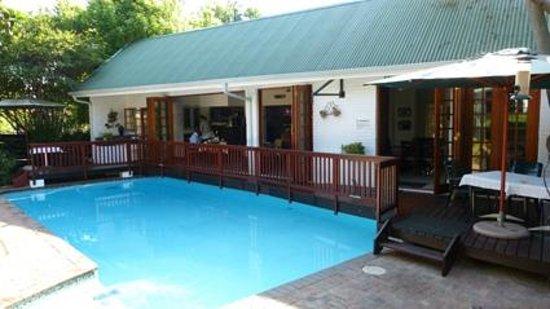 Rivonia Bed & Breakfast : Zwembad, met ontbijtruimte erachter.