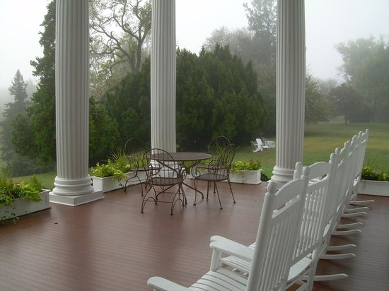 """Rosemont Manor : Spacious ''Front Porch"""""""