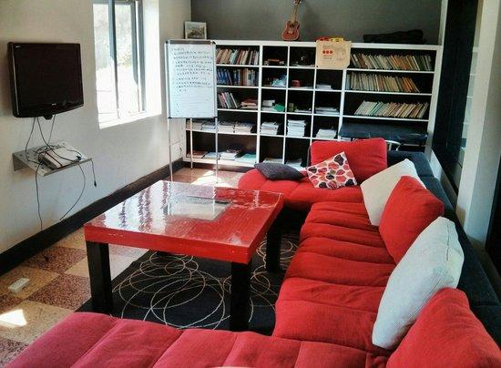 Heart 2 Heart Youth Hostel: Living room