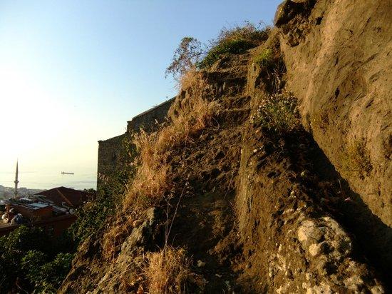 Boztepe: Steintreppe am Kızlar Manastırı