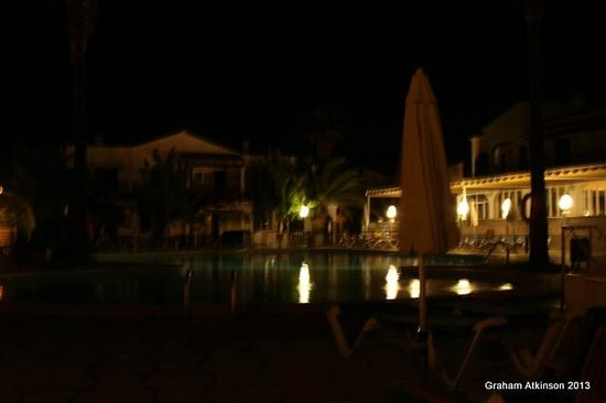 Apartamentos Roc Oasis Park: OVER THE POOL BY NIGHT