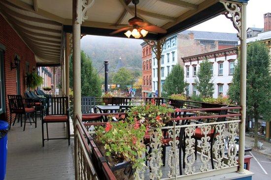 Inn at Jim Thorpe: Second floor balconey