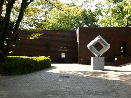 Kumamoto Prefectural Art Museum: 美術館入口 細川コレクションも見える