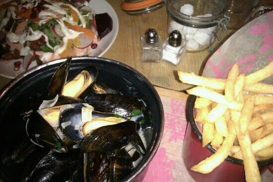 Bill's Restaurant: moules frites and beetroot salad