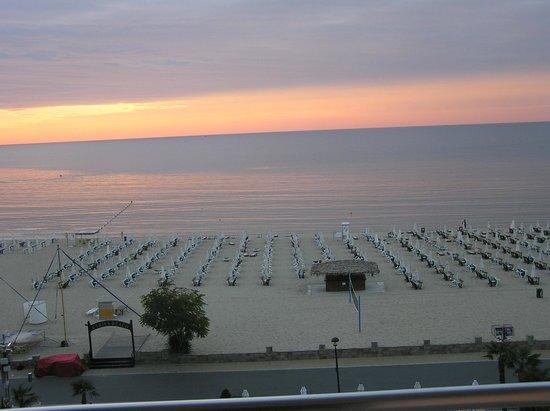 DIT Evrika Beach Club Hotel : SUN RISE
