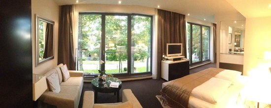 Relais & Chateaux Hotel Burg Schwarzenstein: Panorama view of guest room