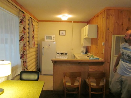 Island Acres Resort Motel: Adorable kitchen; bed to right