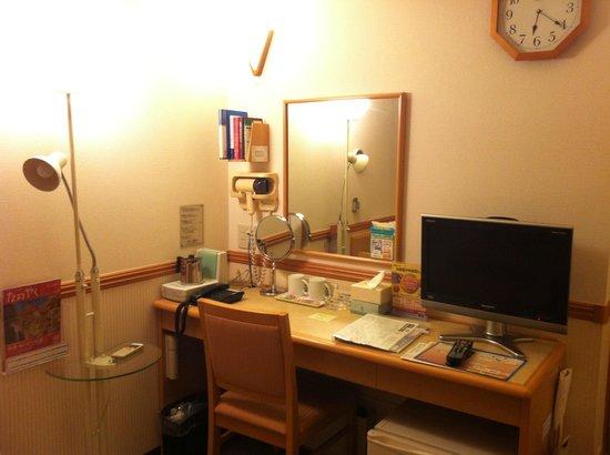 Toyoko Inn Hokkaido Hakodate Ekimae Daimon: Toyoko Inn Daimon Hakodate Double Room Desk