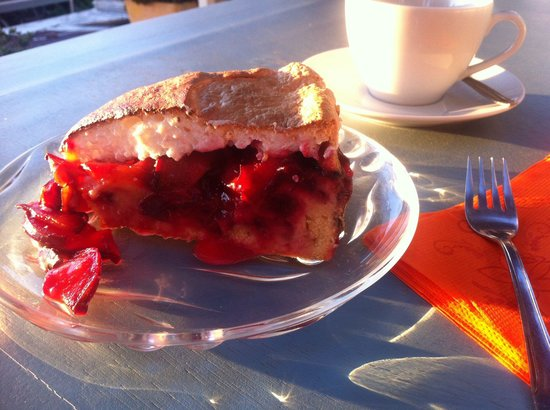Papillon Bistro: Yummy plum cake, delicious coffee and beautiful sunset at Papillon :)