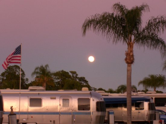 Land Yacht Harbor RV Park: Full moon over the park.