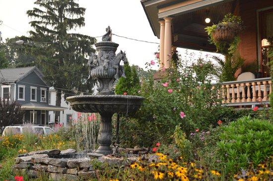 Union Gables Mansion Inn : The front garden