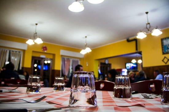 Vecchia Osteria Ancarano Sopra : Un piatto, una forchetta, un bicchiere, una bottiglia. Fanculo tutto il resto.