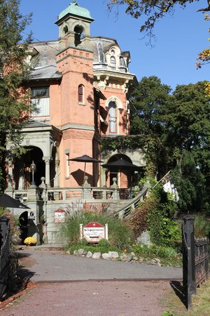 Libations Lounge : The Harry Packer Mansion