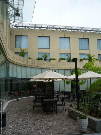 Courtyard by Marriott Kochi Airport: patio area