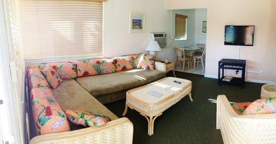 Coral Key Inn: one bedroom suite living room