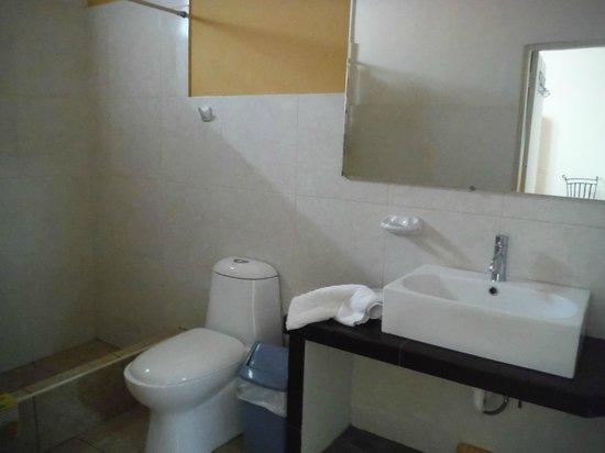 Residencial Miraflores B&B: Baño muy limpio, buena ducha