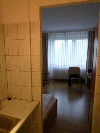Novum Hotel Ravenna Berlin Steglitz: Blick von Spülküche ins Zimmer, keine trennende Tür