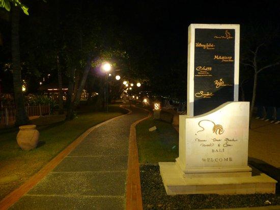 Nusa Dua Beach Hotel & Spa: beachside walk-paths