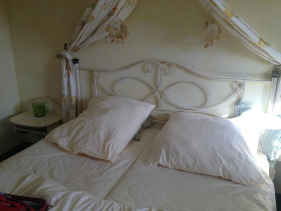 Dreimäderlhaus: Bett