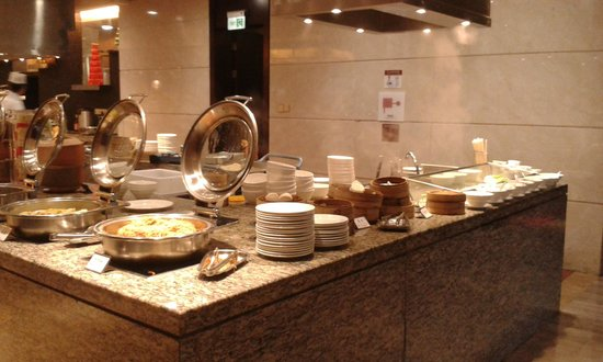 White Swan Hotel ChangSha : Breakfast buffet - dim sum buns, noodle station