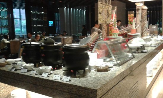 White Swan Hotel ChangSha : Breakfast buffet - congee, fruits, vegetables, toast