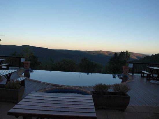 Misty Mountain: zwembad op/ bij terras hoofdgebouw