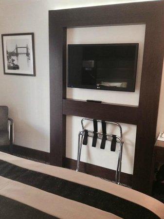 Park Grand London Kensington: Flat Screen TV in room