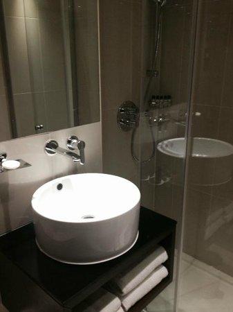 Park Grand London Kensington: Compact bathroom