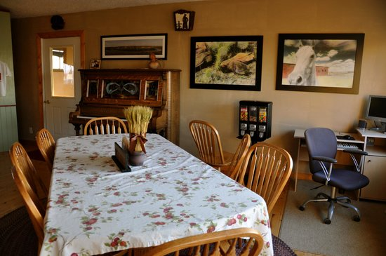 Circle View Guest Ranch: Public area is comfortable to sit & chat with other guests.