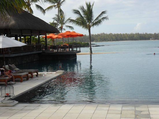 Constance Le Prince Maurice: vue du lobby sur la piscine et le lagon