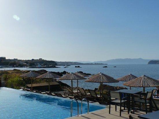 Corinna Mare Suites & Studios : Pool and sea