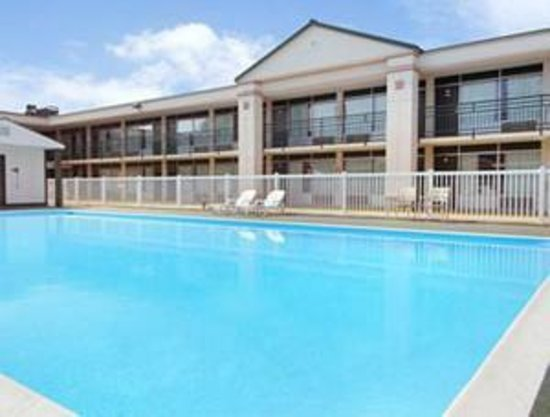 Ramada Harrisonburg: Outdoor Pool