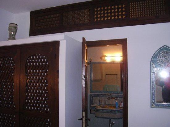 Hotel Dar Manara: entrada al baño