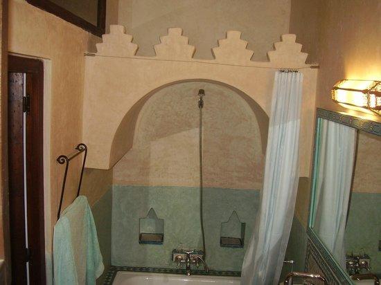 Hotel Dar Manara: vista del baño