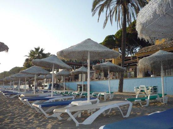 Senator Marbella Spa Hotel: Der Strand (rechts)