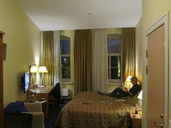 Hotel Rinno: vanuit entree kamer (10) richting raam